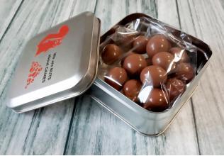 Орехи в оболочке из шоколада со специями (9 вкусов!) в металлической коробке