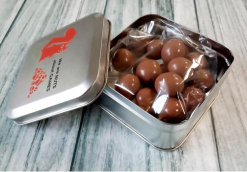 Кофе в оболочке из молочного и горького шоколада в металлической коробке